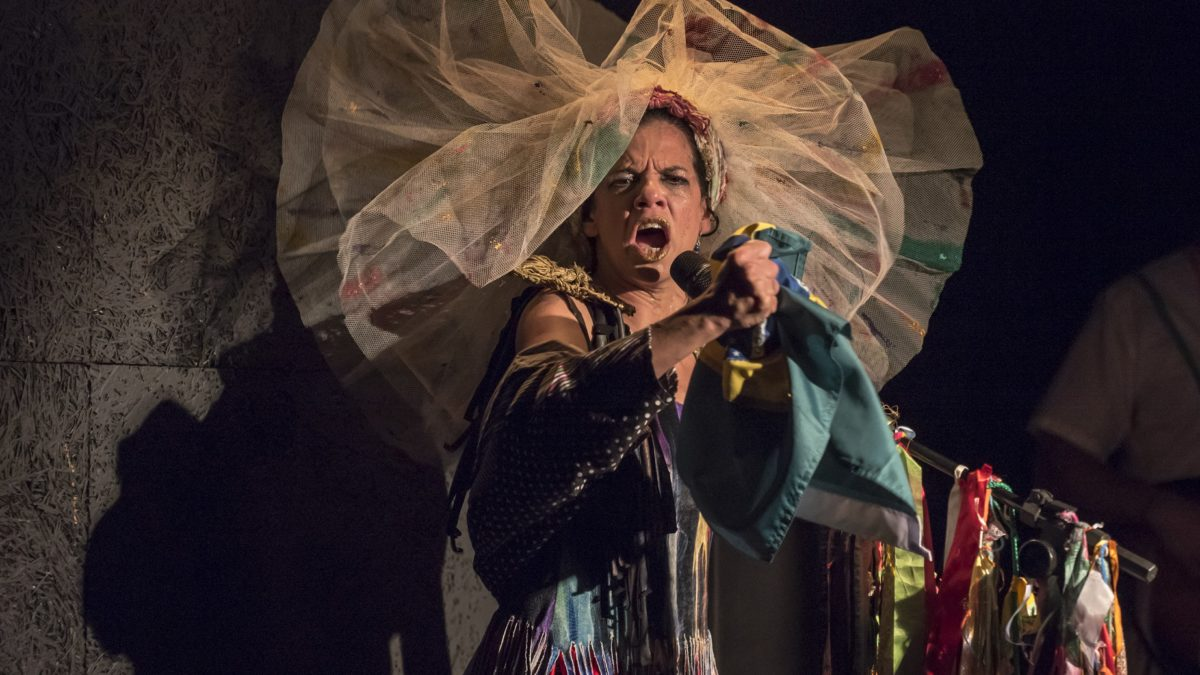 """""""Eu organizo movimento e convido"""", espetáculo diverte e faz refletir ao som da Tropicália"""